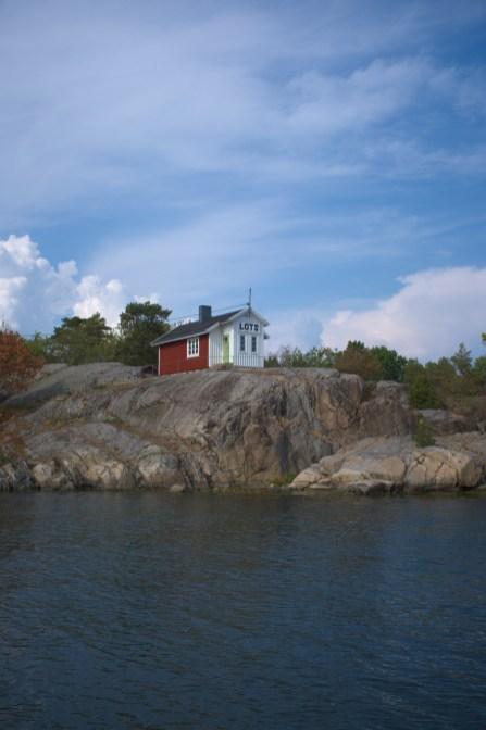 Ein Lotsenhaus auf einer Schäre im ostschwedischen Schärengarten
