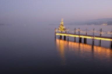 Der beleuchtete Steg und der illuminiert Tannenbaum verbreiten festliche Stimmung auf dem Zürichsee