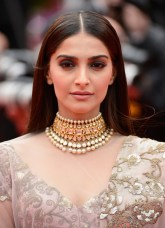sonam_kapoor_pin_straight_hairstyle_cannes