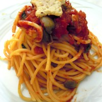 Spaghetti al sugo con olive verdi piccanti