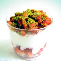Yogurt con fragole e pistacchi