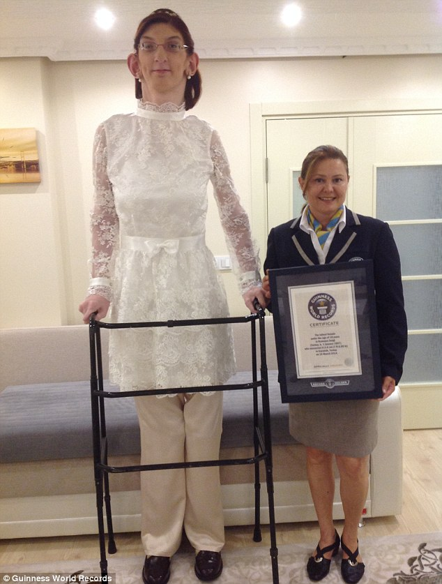 Its Official Meet The Worlds Tallest Teen Shes 709 Ft Tall