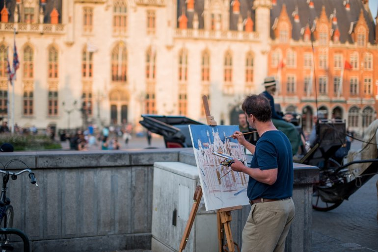 Markt Square Painter - A travel guide to Bruges, Belgium