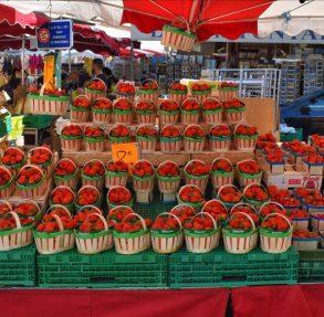 Strawberries at the Apt Market, Luberon