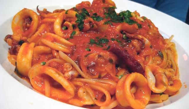 spaghetti-con-seppie-e-piselli