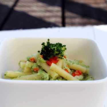 Pastamaniac: Pasta mit Brokkolicreme und gewürfelter Paprika