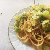 Spaghetti mit Rosenkohlblättern und Zitrone