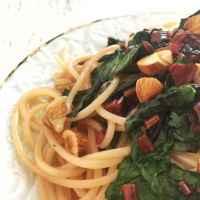 Spaghetti mit gedünsteten rote Bete Blättern