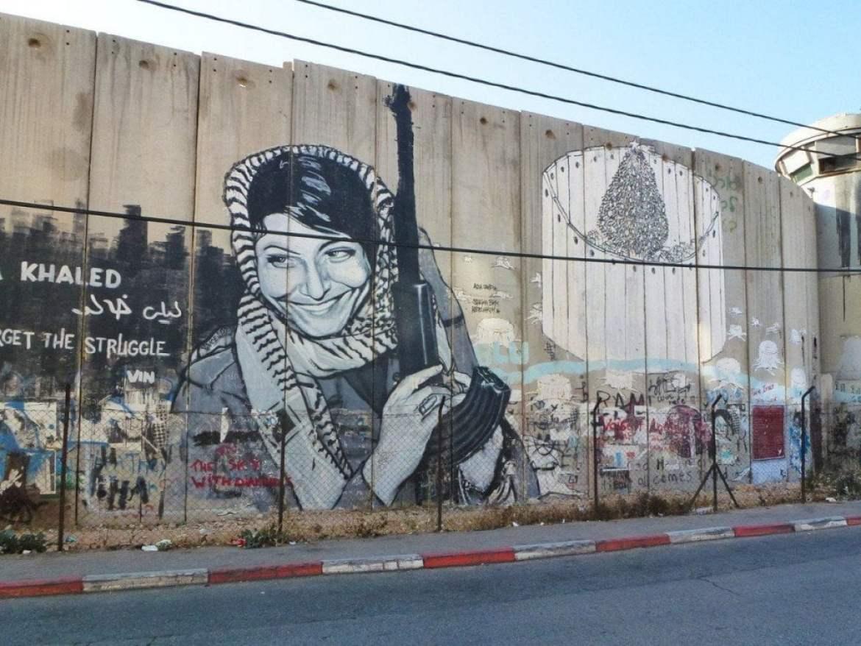 Leila Khaled e albero di Natale murato