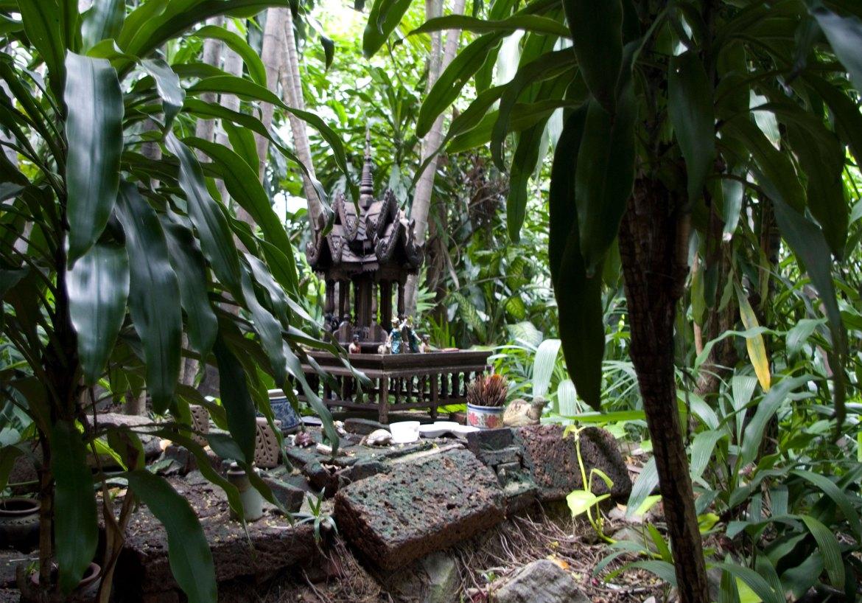 L'altare costruito da Tiziano Terzani nel giardino di Turtle House a Bangkok