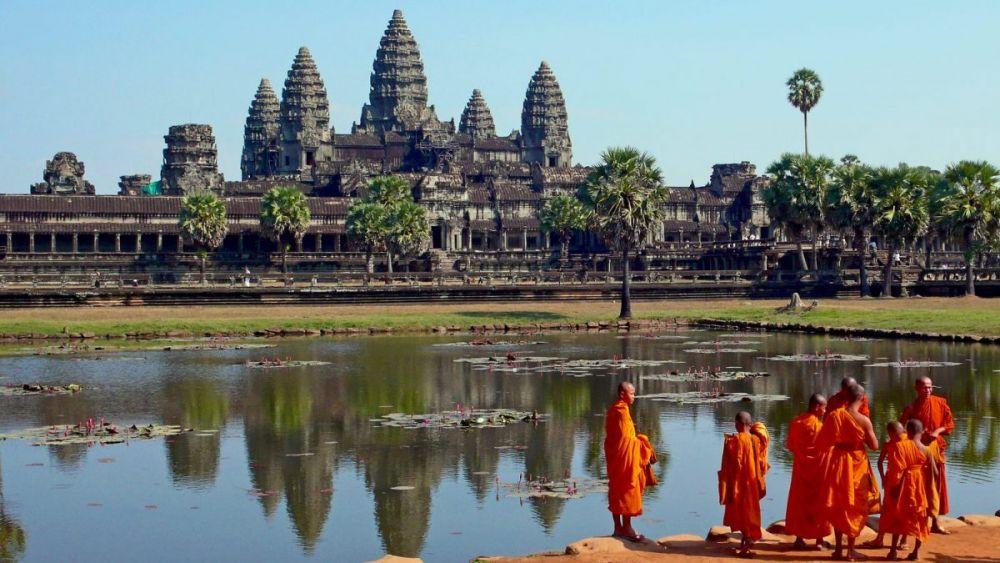 Monaci di fronte ad Angkor Wat in Cambogia