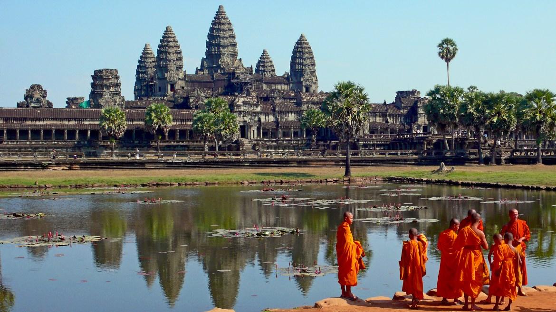 Monaci di fronte ad Angkor Wat