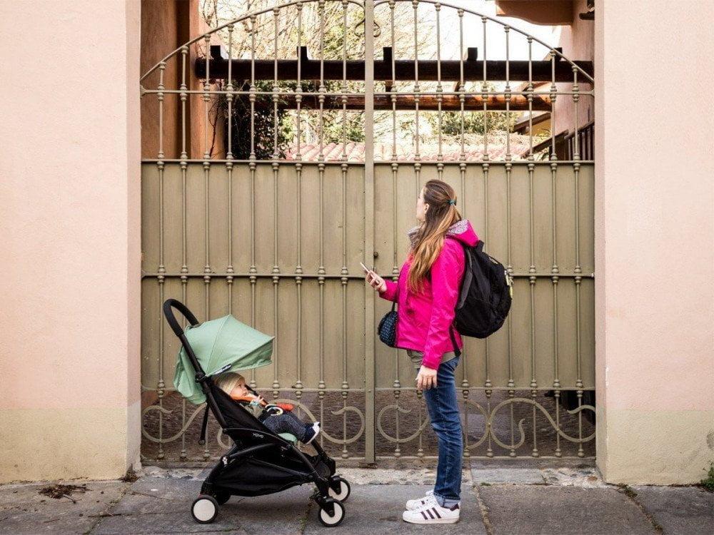 Paola Bertoni e Britalian baby davanti a un cancello liberty a Torino, foto Virginia Barinaga Ʌir Fotografía