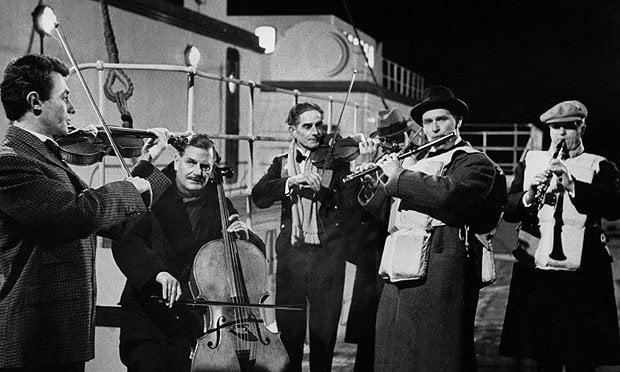 L'orchestra del Titanic che continua a suonare durante il naufragio nel film del 1958 A Night To Remember