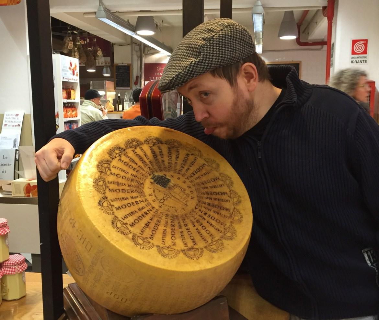 Tom Meneghello con una forma di Parmigiano Reggiano