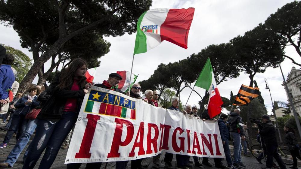 I partigiani al corteo del 25 aprile con lo striscione della loro associazione ANPI