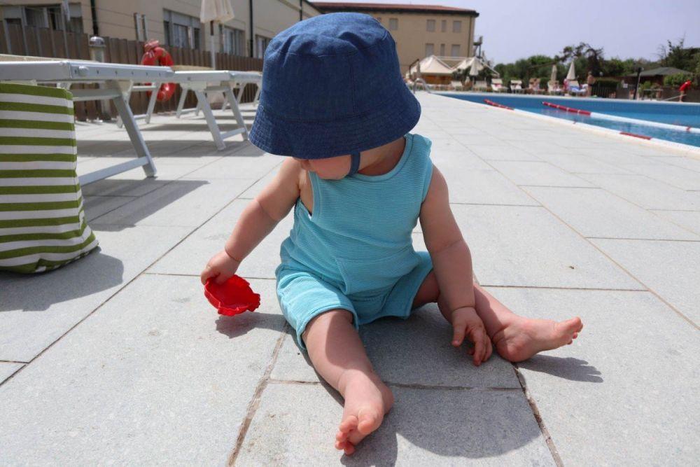 Britalian baby in piscina a Tirrenia