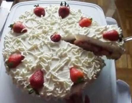 pastel de ron jarabe y fresas con crema
