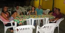 No jantar com o casal anfitrião e filhas, Rogério e Yolanda.