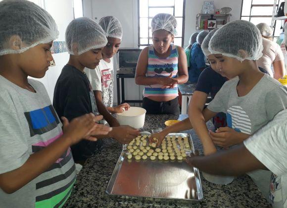 CCA Santo Expedito capacita adolescentes por meio de oficinas culinárias