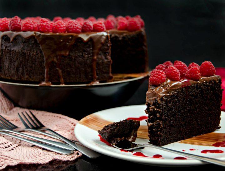 Tort umed cu ciocolata si zmeura