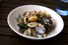 Muscheln mit weißen Bohnen und Safran