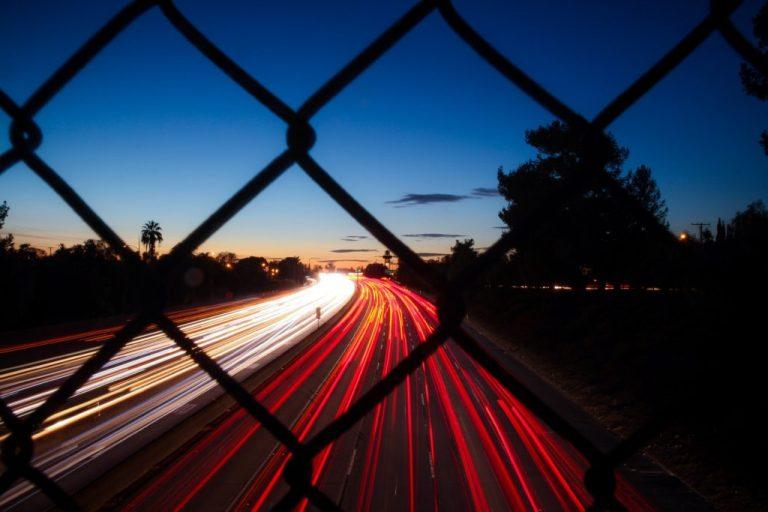 道路を走行する自動車