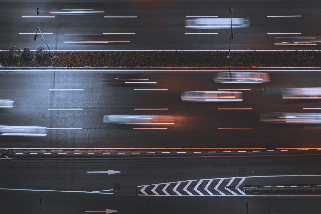 自動運転車が走行するイメージ