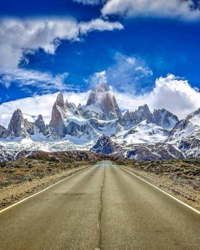 Ruta y monte Fitz Roy en El Chaltén, otra de las localidades más hospitalarias de la Patagonia.