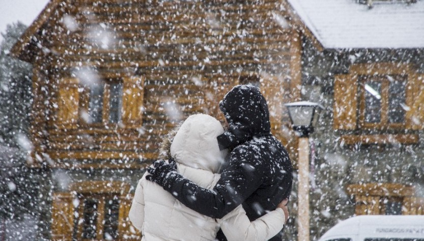 dos personas abrazadas en la nieve en Bariloche