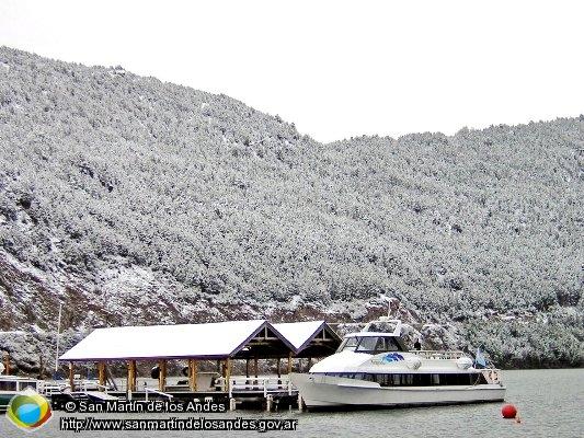embarcación en invierno, rodeada de nieve, en Parque Nacional Lanín