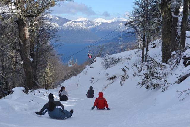 gente jugando en la nieve