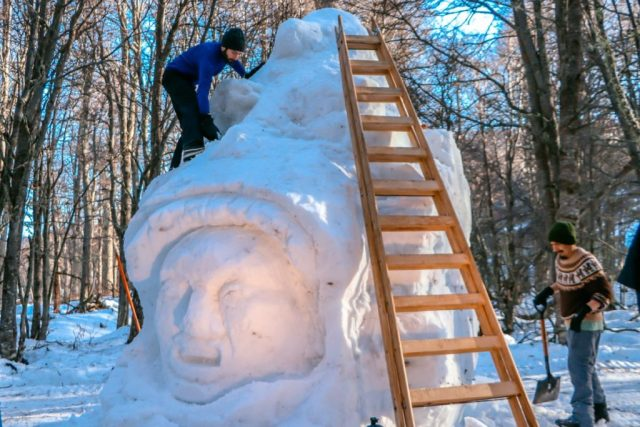 escultura en la nieve realizada en Ushuaia