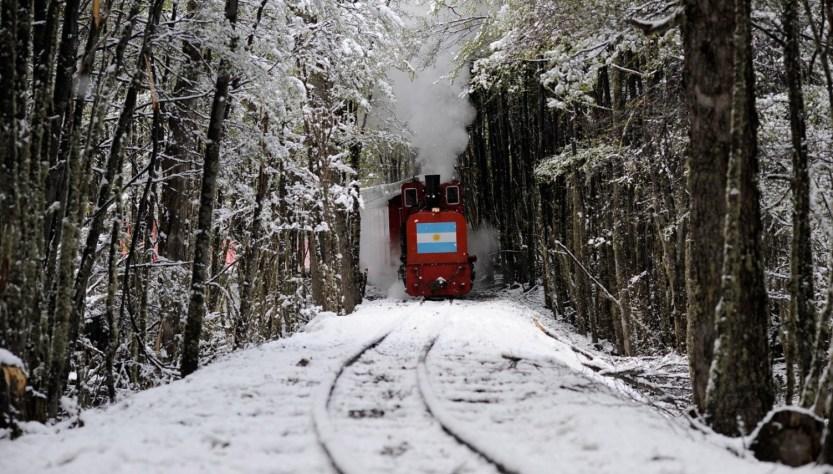 Tren del Fin del Mundo viajando en medio de la nieve