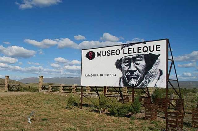 Cartel de entrada al Museo Leleque
