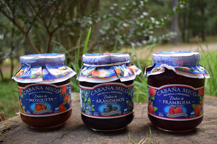 Tres frascos de dulce de Cabaña Micó en la naturaleza