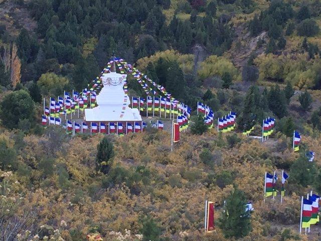 Vista panorámica con las 108 banderas nuevas flameando.