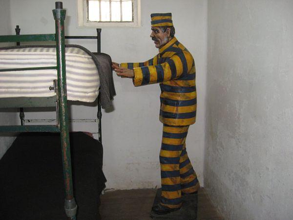 Maniqui de un preso parado al costado de la litera doble de una celda en la Cárcel del Fin del Mundo.