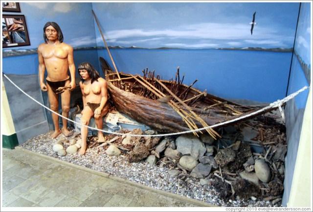 Maniquí de dos indígenas al pie de una canoa en el museo de la Cárcel Del Fin Del Mundo