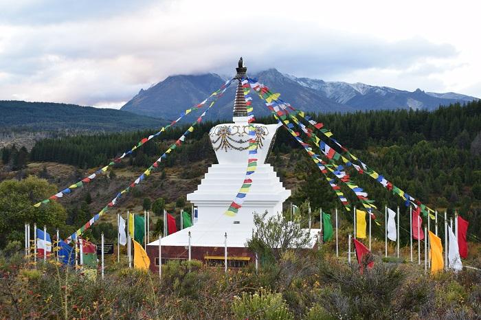 Estupa vista desde un punto panorámico con las banderas flameando