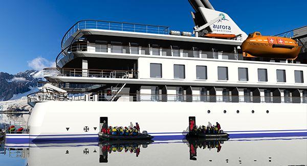 Crucero que va a la Antártida de perfil con dos botes debajo
