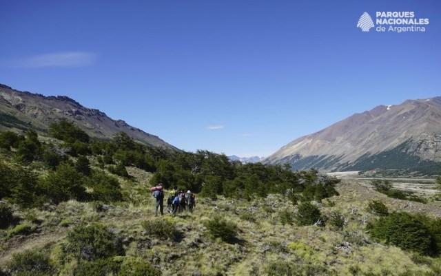 Gente caminando por un sendero del Parque Nacional Perito Moreno.