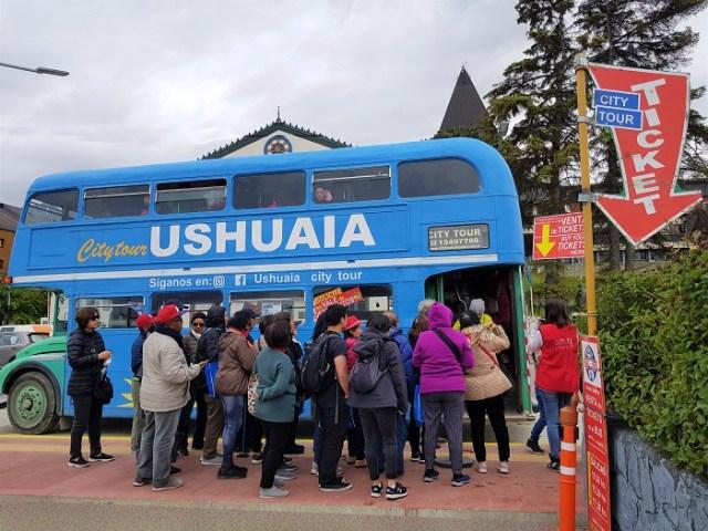 Gente esperando para subir al colectivo del City Tour Ushuaia