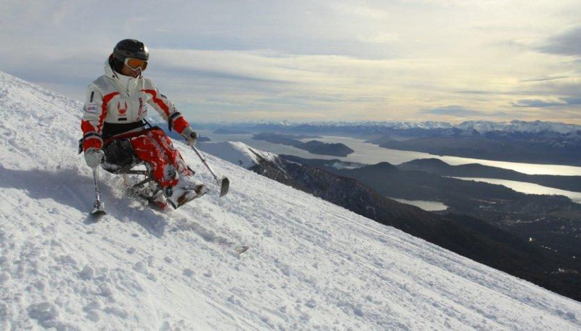 German de espaldas esquiando
