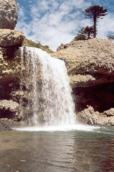 Caída de agua de unos de las paradas del sendero de las cascadas de Caviahue.