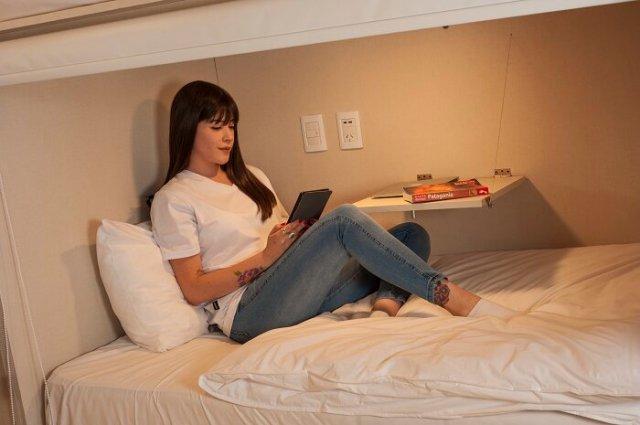 Persona leyendo en una de las cápsula.