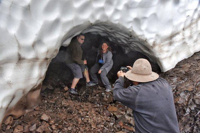 Pareja siendo fotografiada al ingresar al túnel de hielo en Esquel.