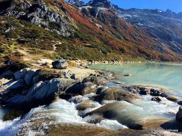 Laguna Esmeralda, con las montañas rodeándola.