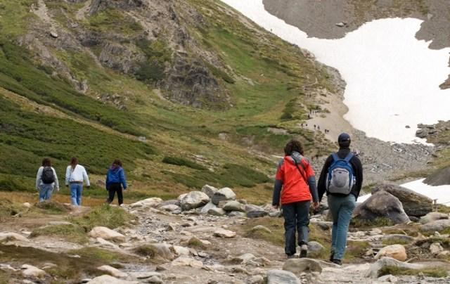 Grupo de personas subiendo por el sendero hacia el Glaciar Martial.
