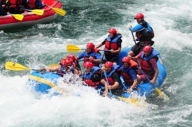 Grupo de gente haciendo rafting en uno de los puntos del Corredor de los Andes de la Patagonia.